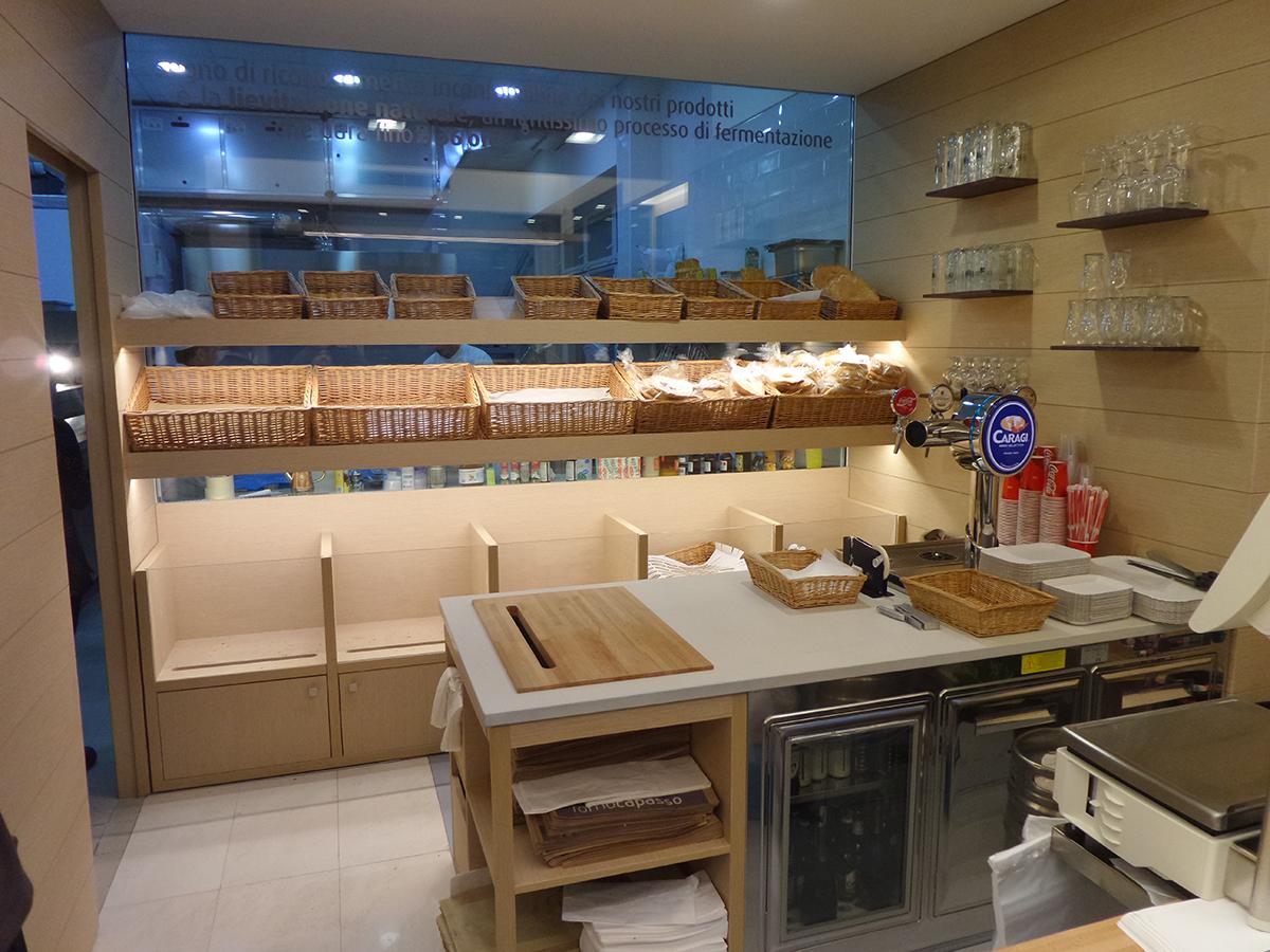 panetteria moderna in legno con bibite