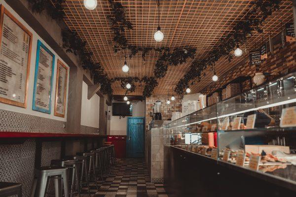 vetrina e sgabelli pizzeria