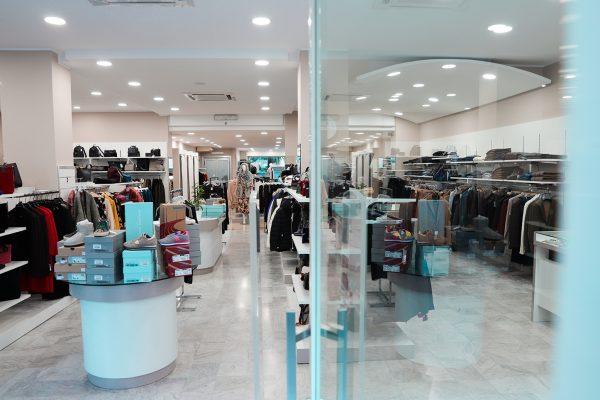 sala marmo, legno e acciaio negozio abbigliamento